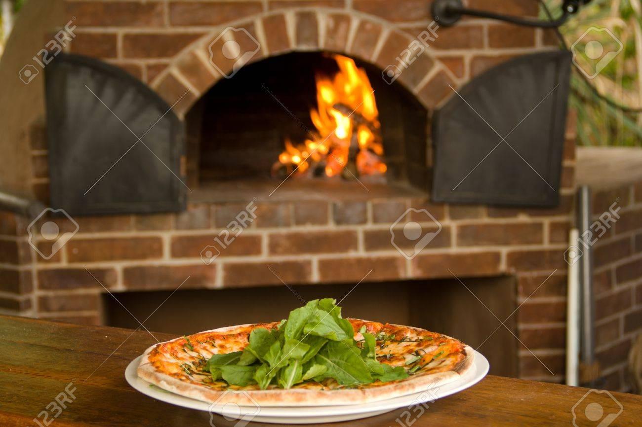 Affordable Best Pizza Sur Une Plaque Four Pizza En Arrireplan Banque  Duimages With Plan Four A Pizza With Four A Pizza D Exterieur