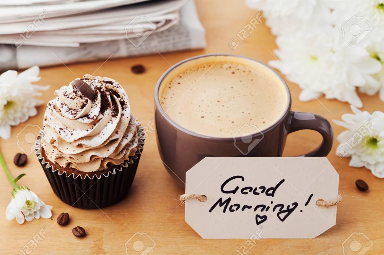 Tasse à Café Avec Cupcake Fleurs Journal Et Notes Bonjour Sur La Table Rustique Dessert Sucré Pour Le Petit Déjeuner Mode De Vie