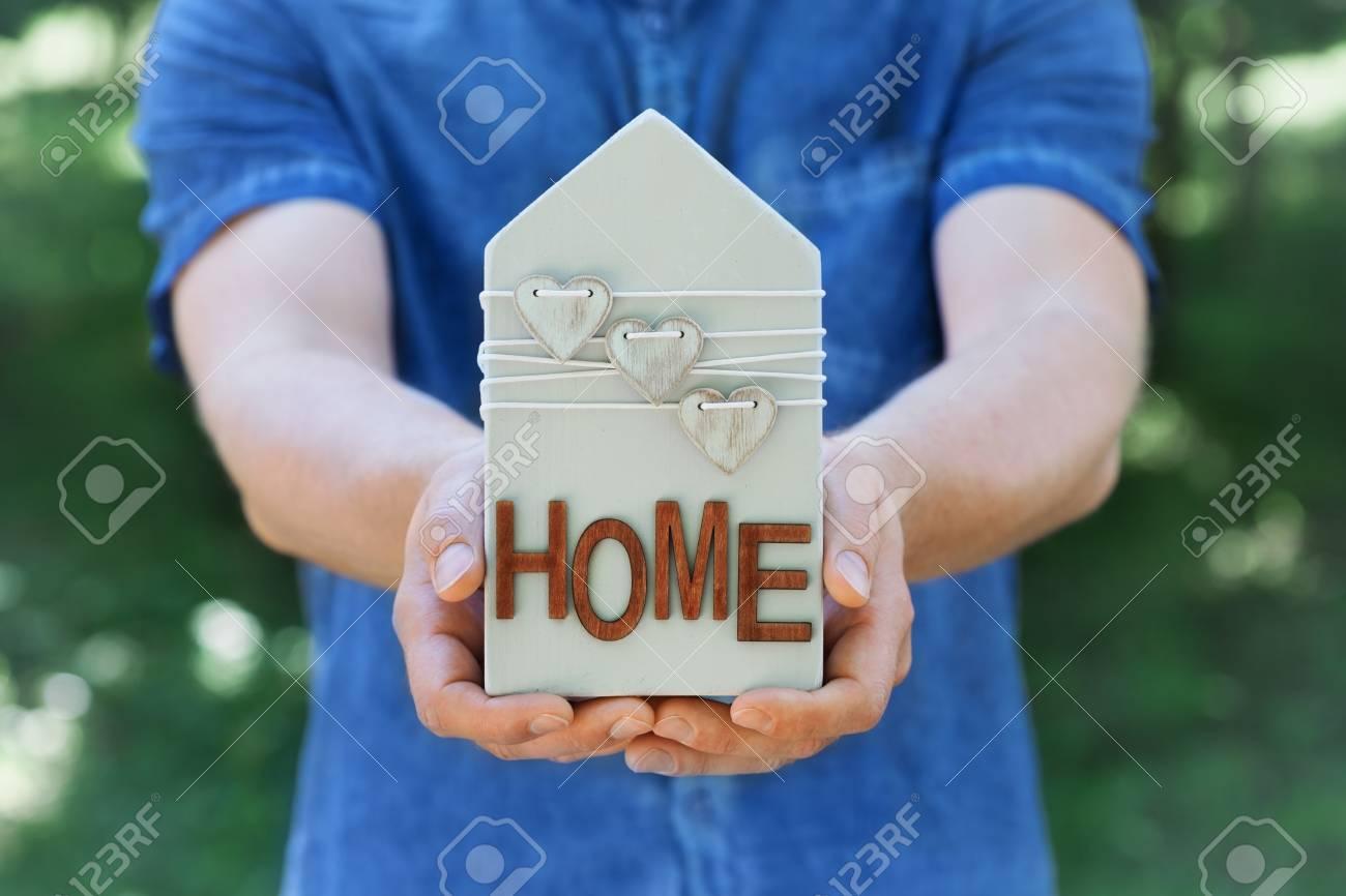 Mann Halt In Seinen Handen Holzhaus Verzierte Herzen Auf Grunem