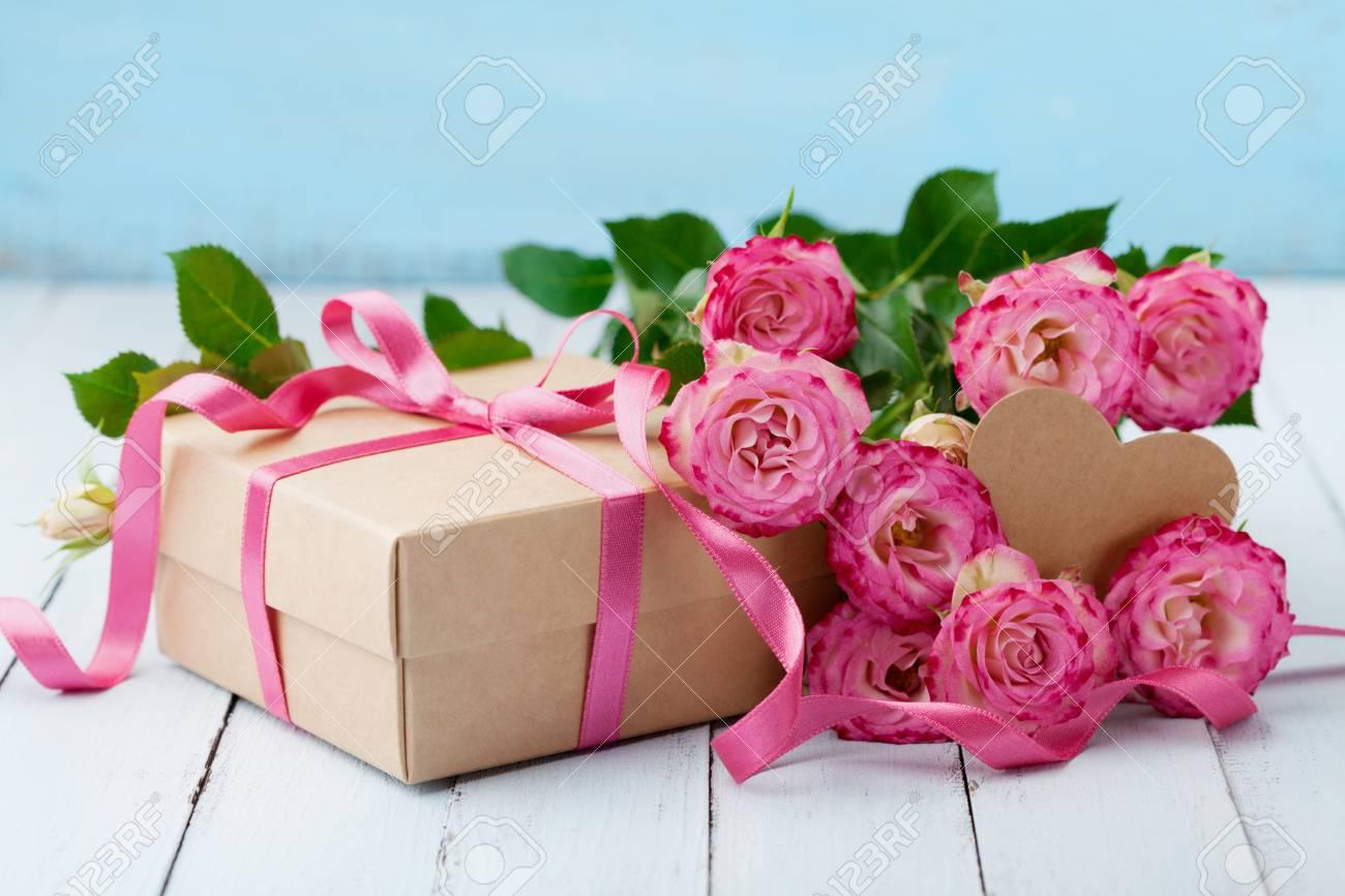 Belle Carte De Voeux Pour La Fete D Anniversaire Femme Ou Les Meres Fleurs Roses Roses Et Une Boite Cadeau Avec Ruban Sur Une Table Turquoise Couleur Pastel Banque D Images Et Photos Libres