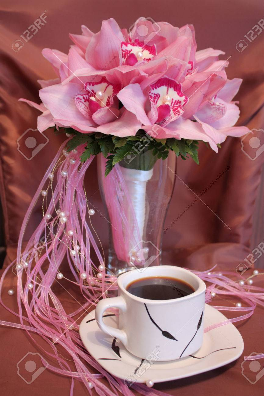 Rosa Hochzeitsstrauss Von Orchideen Und Eine Tasse Kaffee Lizenzfreie
