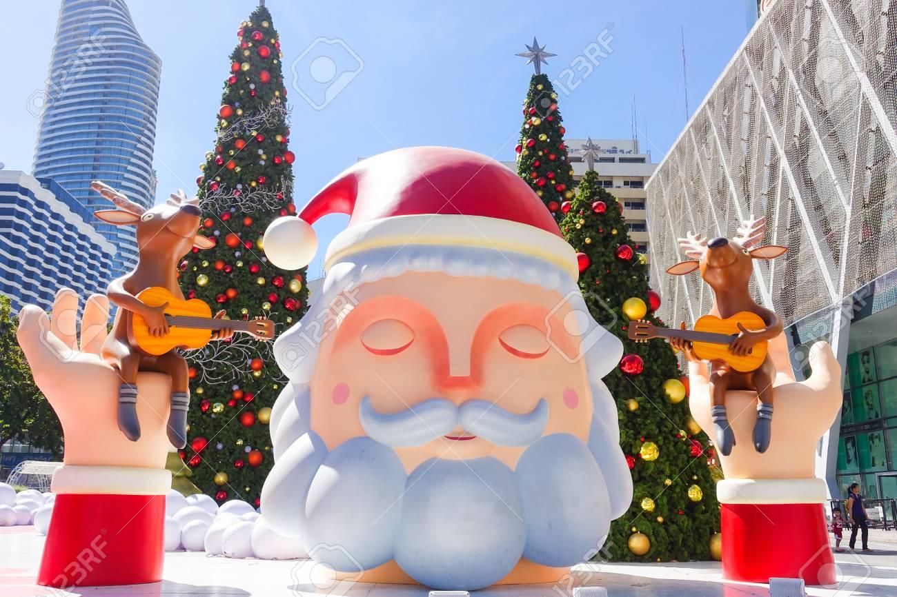 Bangkok Thaïlande 3 Décembre 2017 Décoration De Noël Avec Sapin De Noël Sculpture Du Père Noël Renne Et Autres Personnages De Dessins Animés