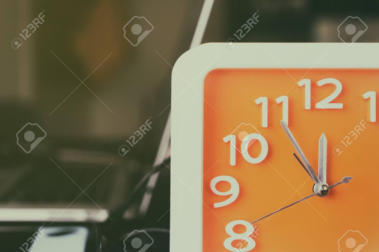 Horloge comptant pour l heure du déjeuner pause sur la table de