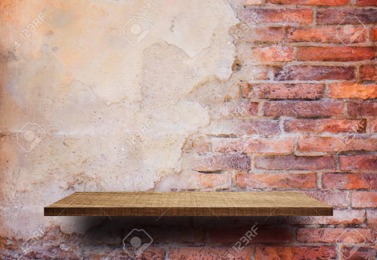 Etagere Sur Mur En Brique tagère d & # 39 ; étagère en bois vide sur le mur de brique fissuré