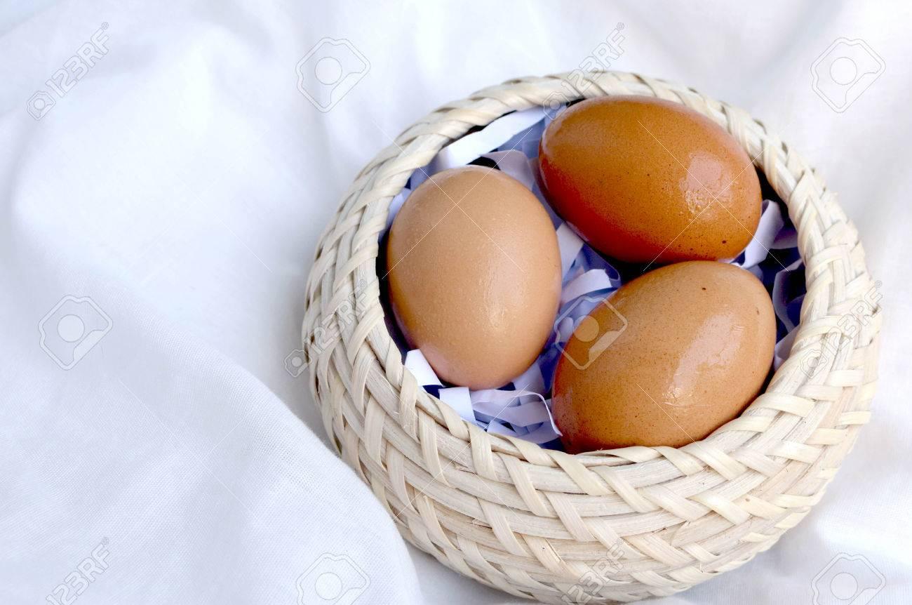 Kühlschrank Korb : Hühnereier nur in einem korb stieg aus dem kühlschrank lizenzfreie