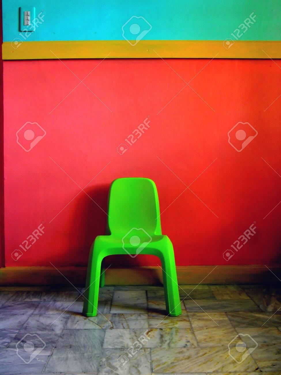 Grüne Stuhl, Orange Und Blau Wand Aus Einem Wohnzimmer Lizenzfreie ...