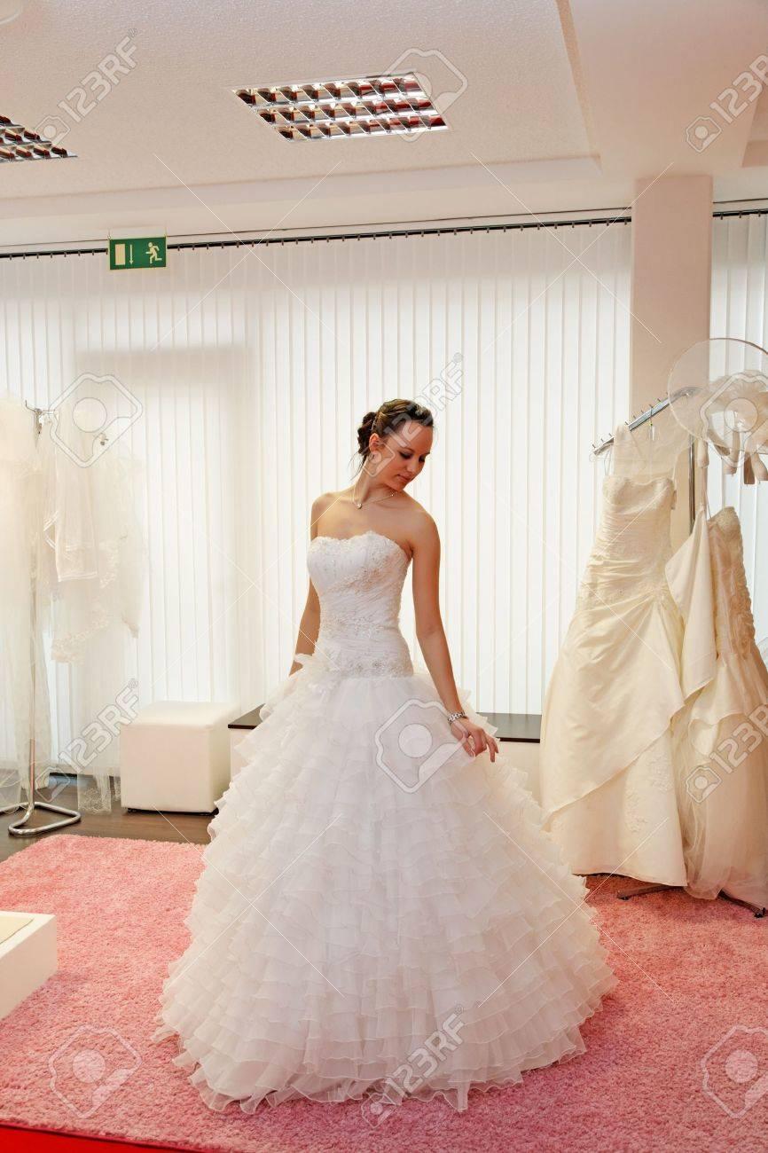 Schöne Braut In Einem Hochzeitskleid Im Brautmodengeschäft ...