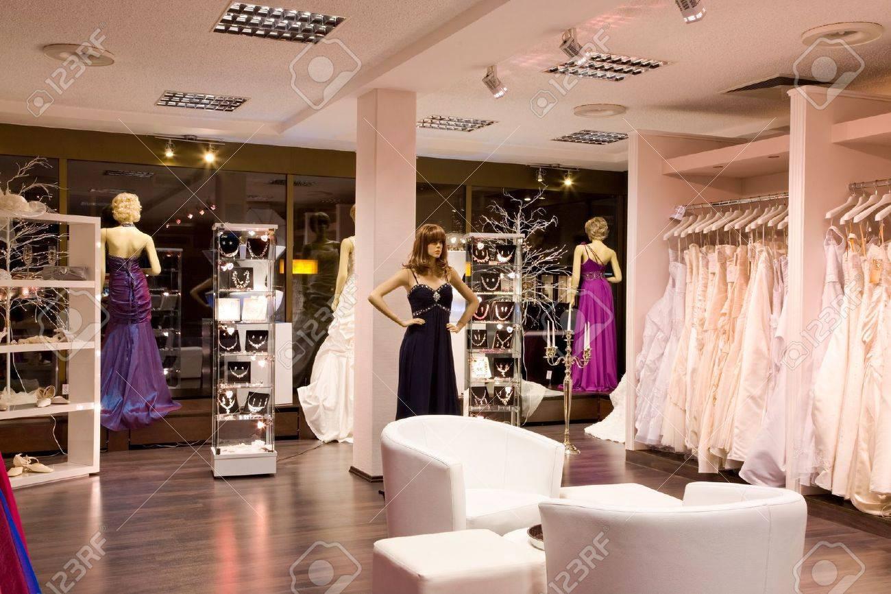 Mannequins In Der Hochzeits Und Abendkleider Im Brautmodengeschaft