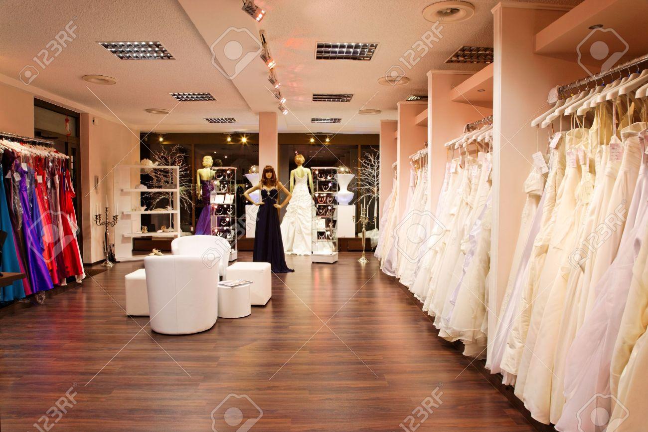 regarder 42949 bfdd5 Mannequins en robes de mariée et de soirée dans la boutique de mariage.