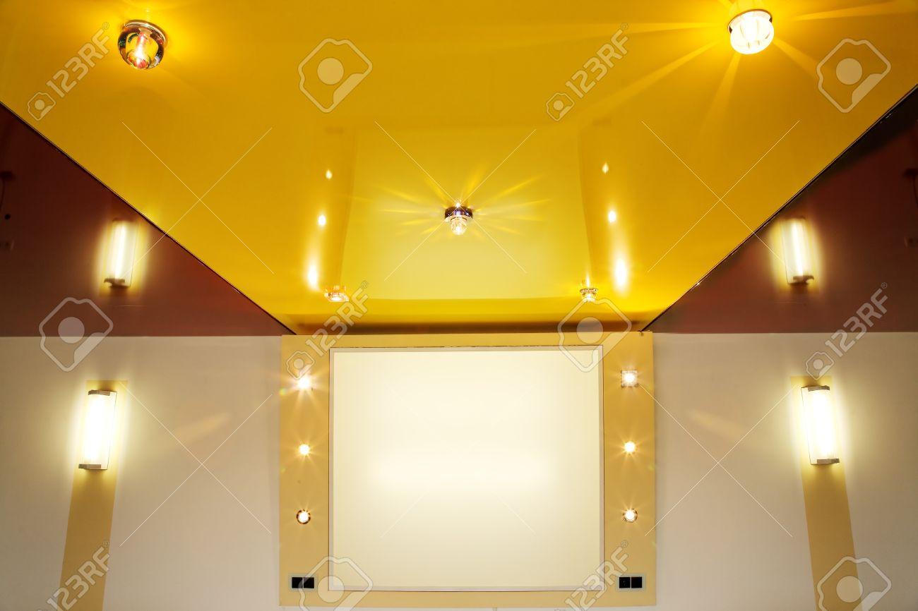 tramo de pvc techo película con lámparas halógenas. fotos, retratos