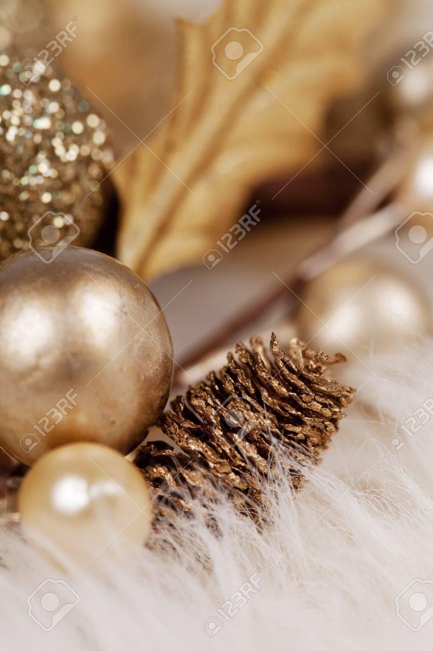 Goldene Zier Auf Einem Weißen Fell Teppich Für Eine Weihnachts ...