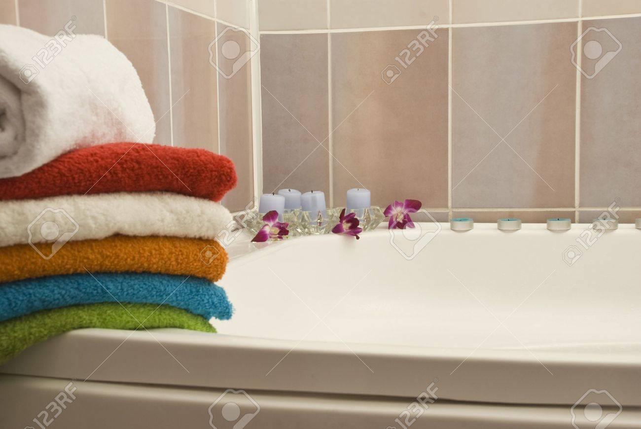 Handtücher Und Kerzen In Ein Rosa Badezimmer Lizenzfreie Fotos ...