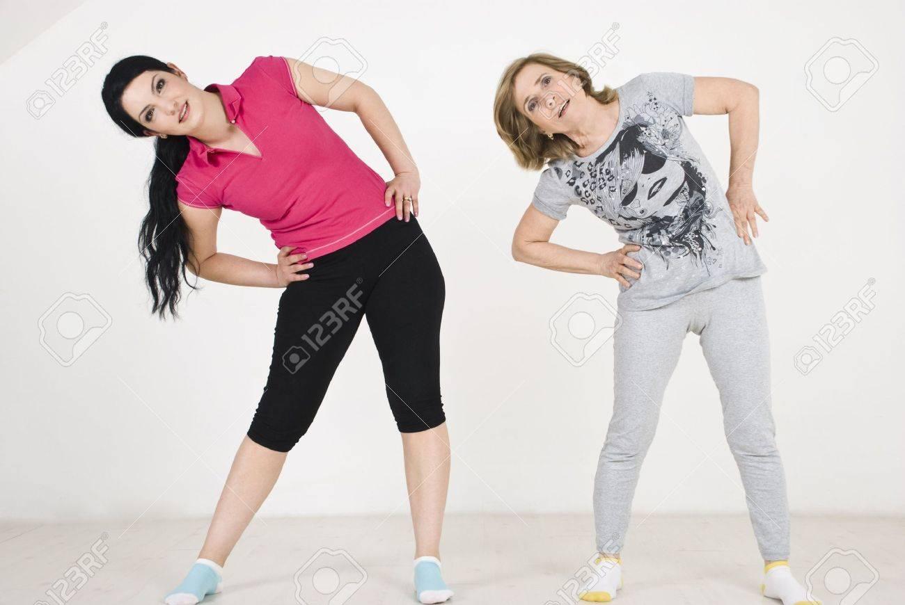 Dos mujeres activas, jóvenes y viejas haciendo fitness  Foto de archivo - 6836885