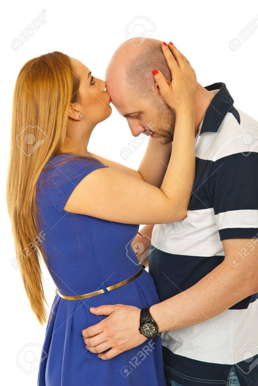 Фото лысый целует девушку