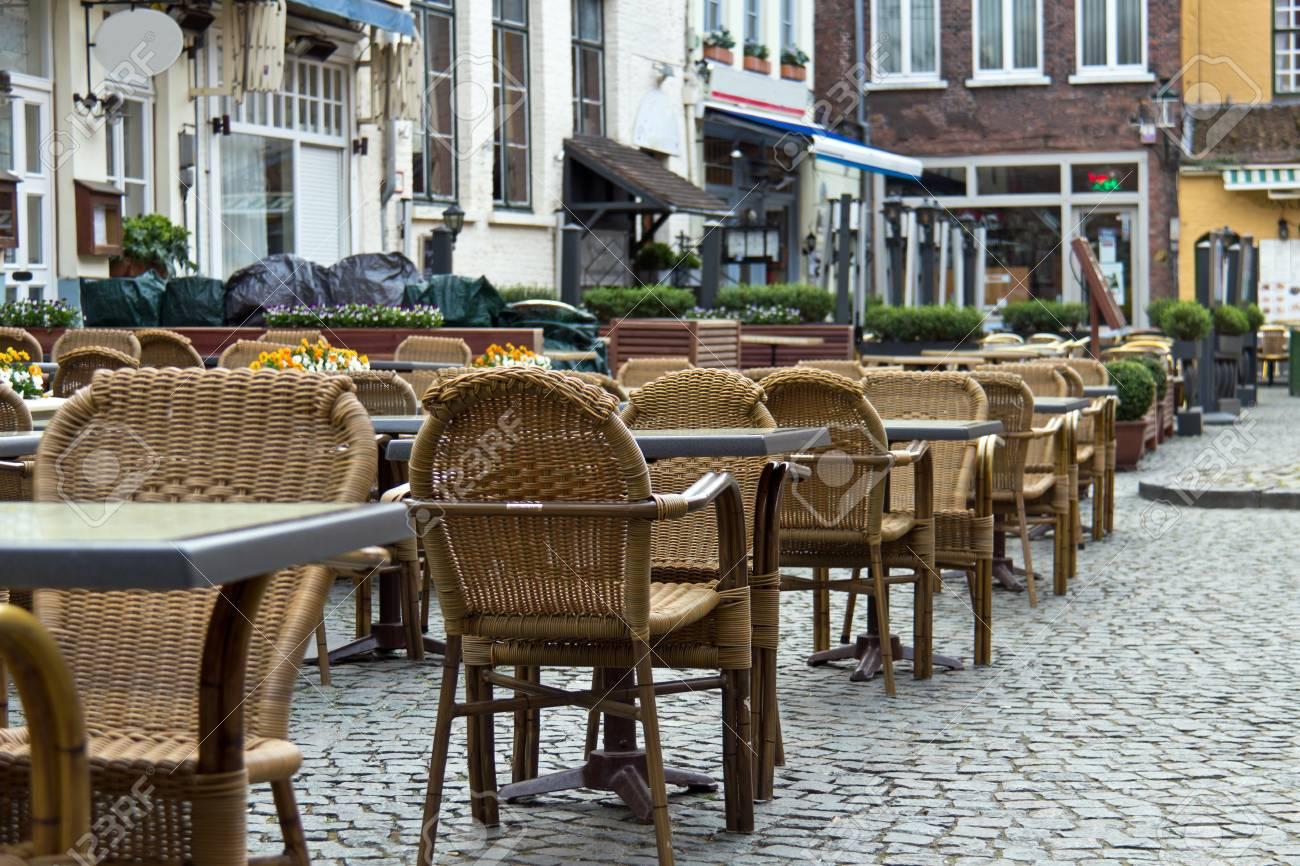 Tavoli E Sedie Da Pub : Tavoli e sedie del patio nei pub e nei ristoranti nella città