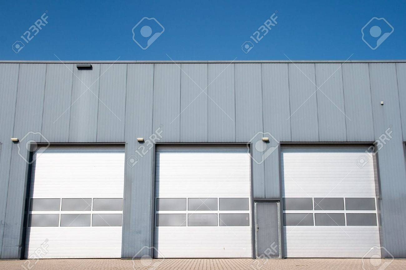 Industrial unit with roller shutter doors - 21691368