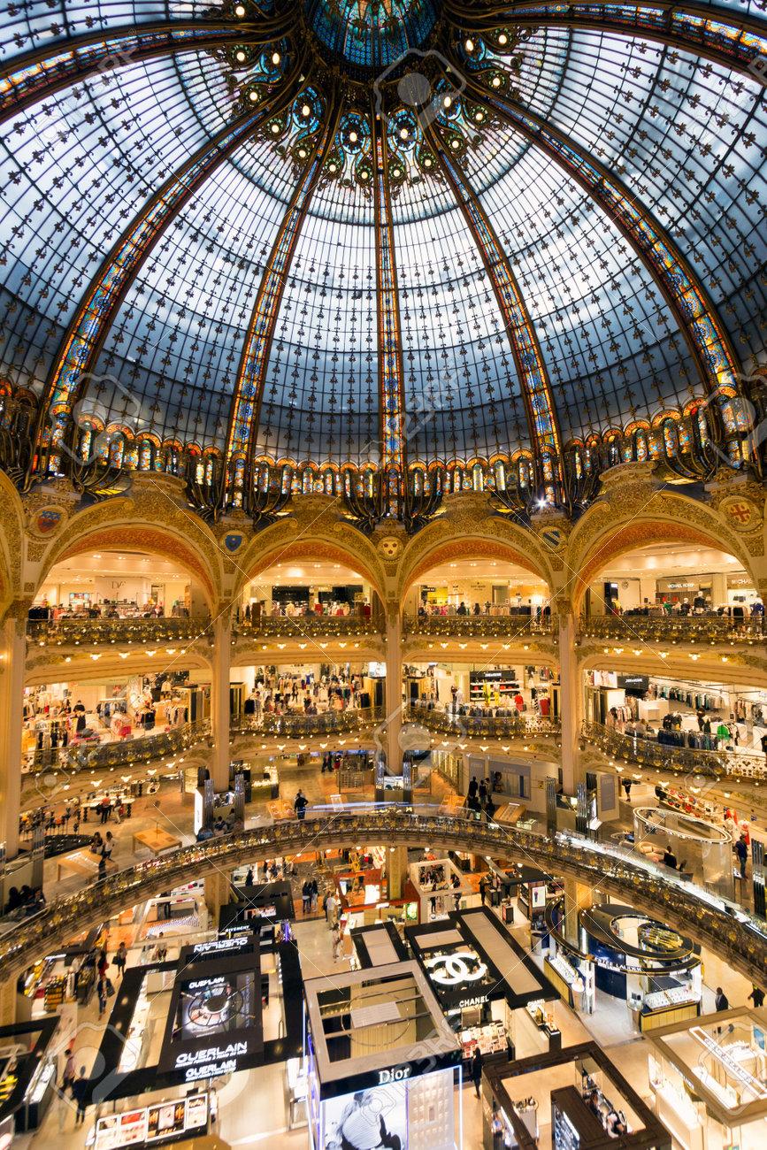 Architecte Interieur Paris 18 paris france 18 juin 2015: intérieur des galeries lafayette à paris.  l'architecte georges chedanne conçu le magasin où un verre et d'acier  coupole art