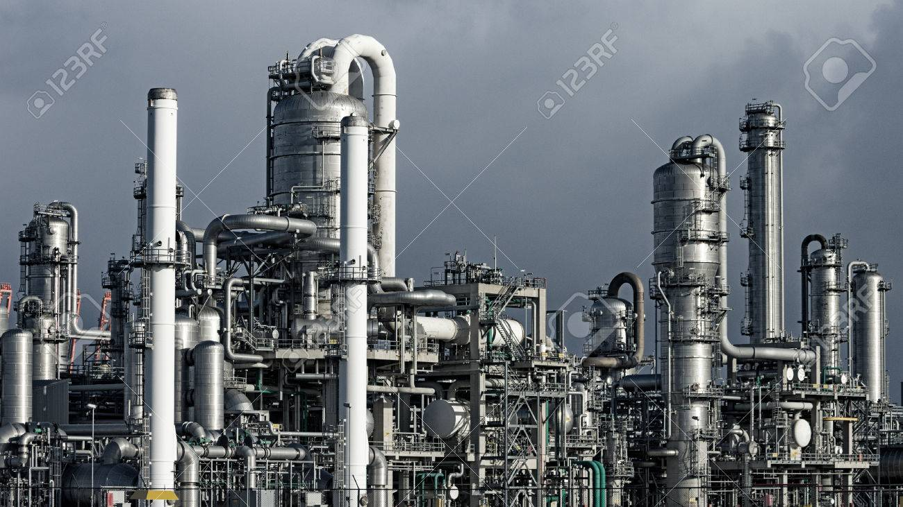 Pipework at a petrochemical industrial plant - 81266501