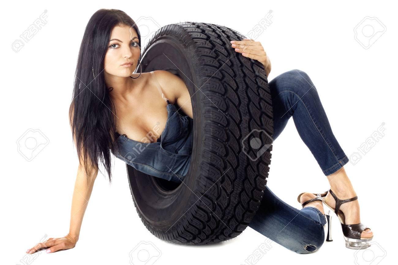 Сексуальная девушка и колесо