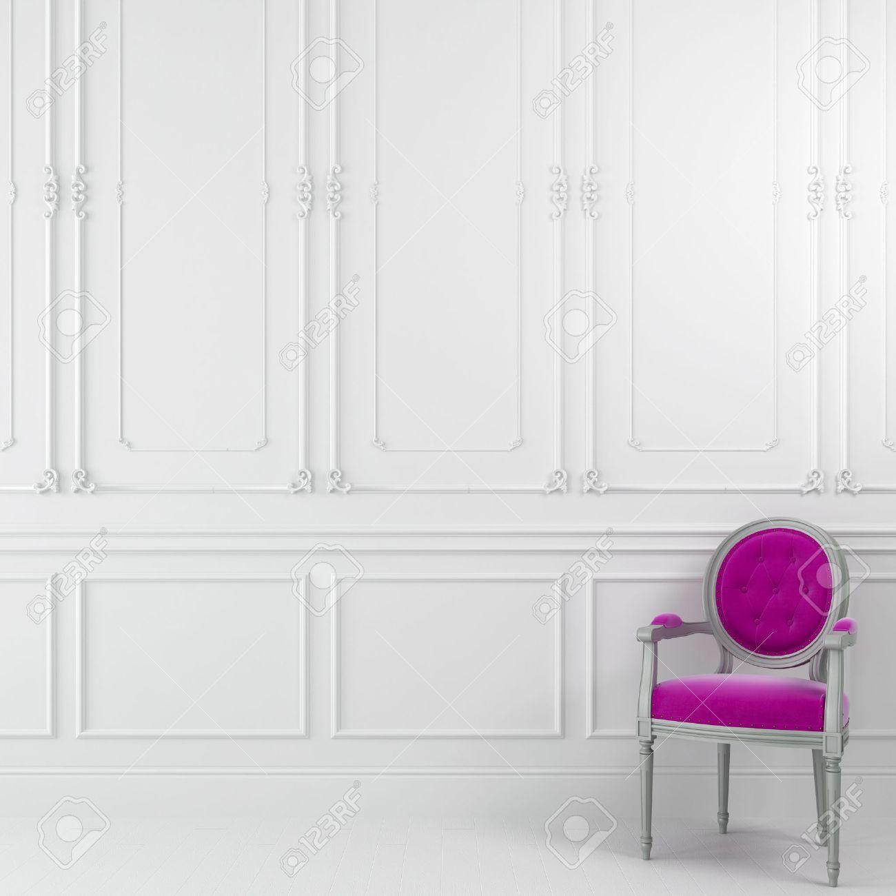 Chaise Classique Rose Contre Un Mur Blanc Avec Des Moulures Banque ...