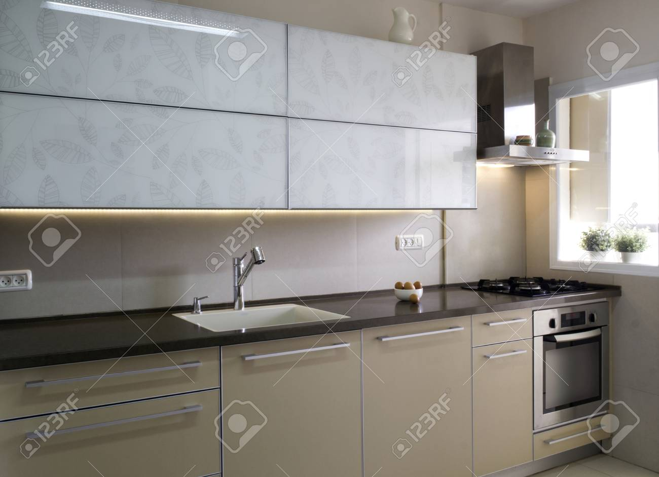 Moderne Keuken Kleuren : Moderne keuken inter in beige en crème kleuren royalty vrije foto