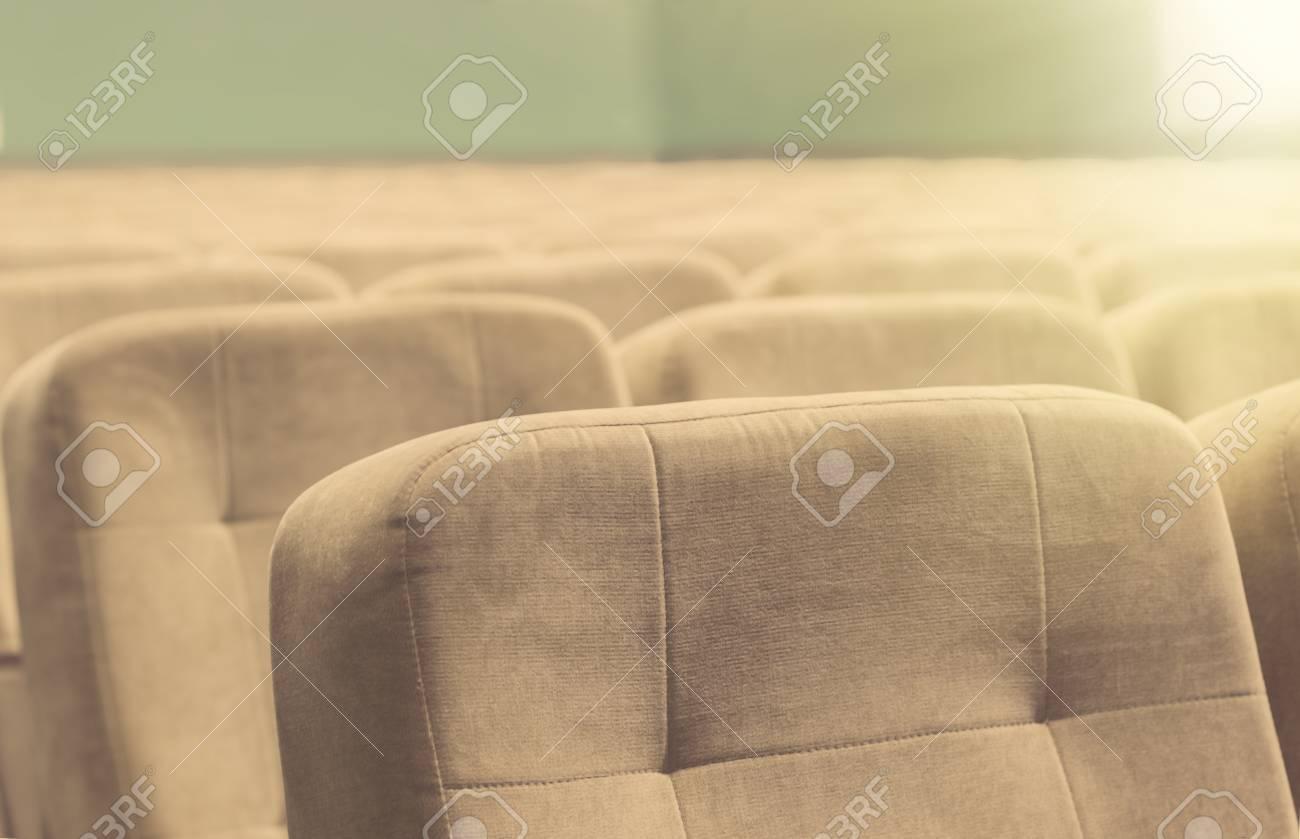 Brilliant Beige Stühle Referenz Von Leere Zuschauerraum Mit Stühle - Theater Oder