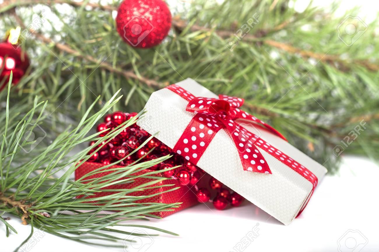 Weihnachtsuhr, Flitterdekor Und Schneetannenbaum. Getrennt Auf ...