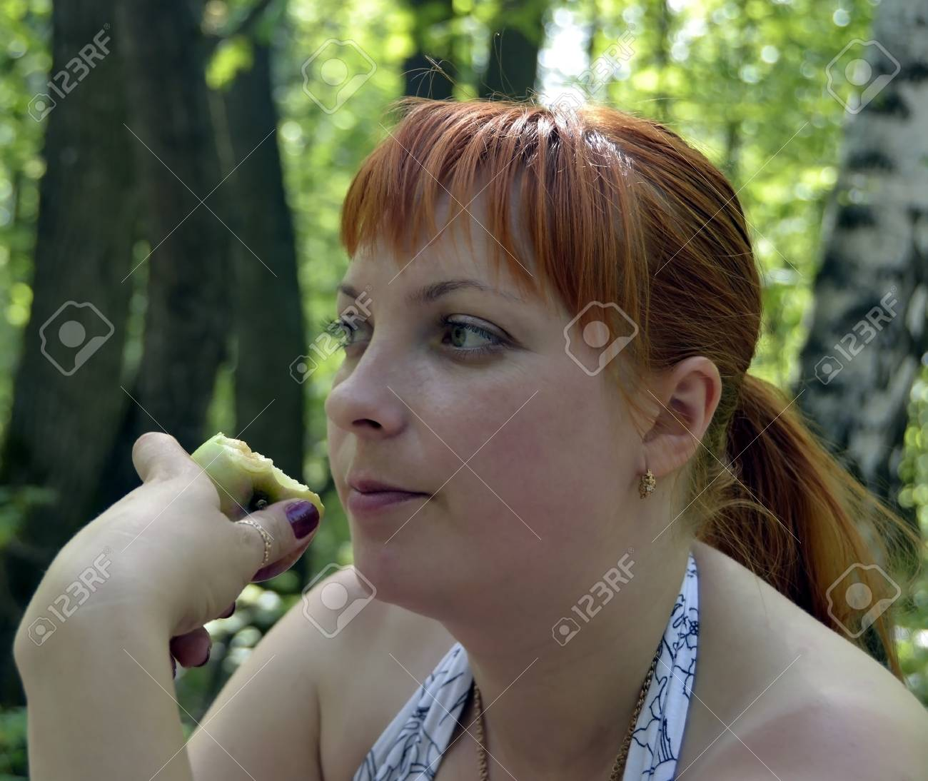 The girl with apple Stock Photo - 13854627