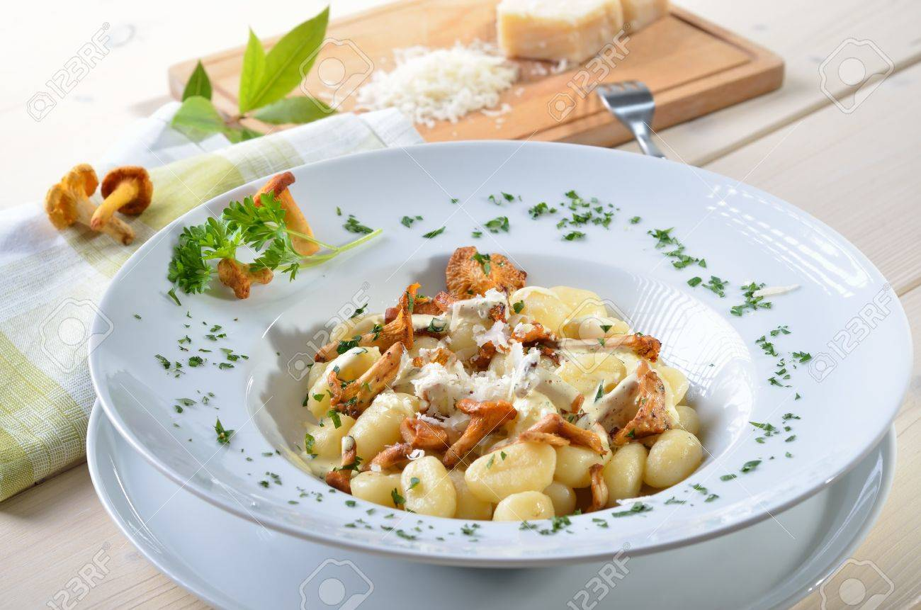 Gnocchis aux chanterelles frites, sauce et parmesan Banque d'images - 14916235