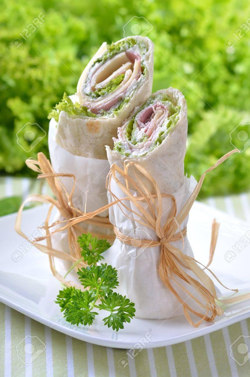 Wraps au jambon, fromage, crème sure et salade Banque d'images - 15084390