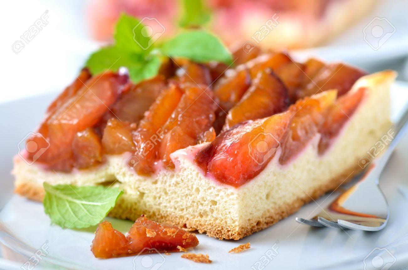 Tarte aux prunes faite maison avec des feuilles de menthe Banque d'images - 15398972