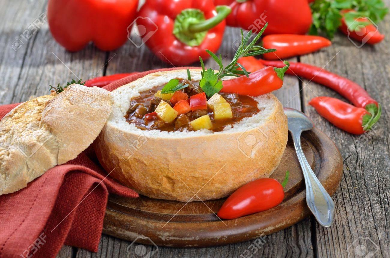 Hot soupe de goulasch hongroise dans un pain Banque d'images - 17032921