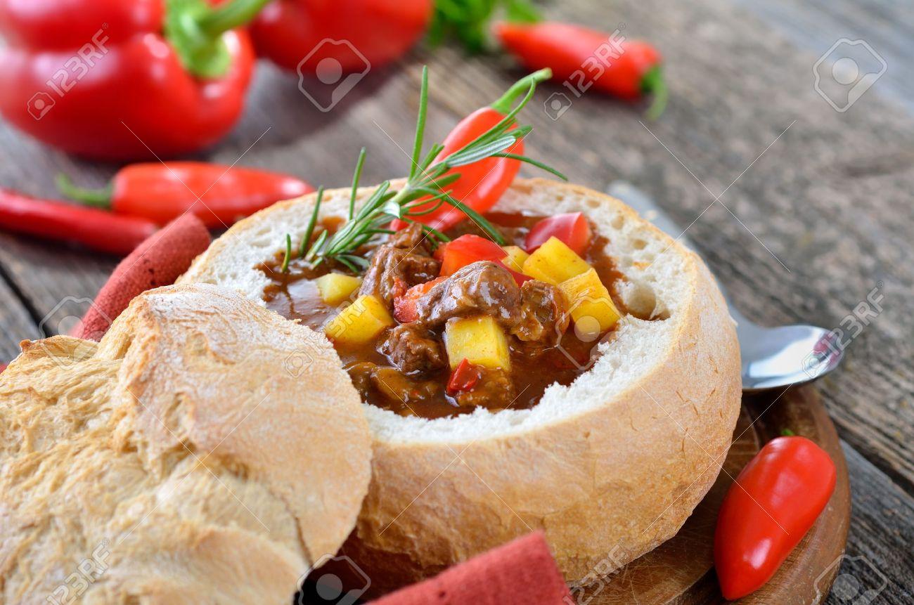 Hot soupe de goulasch hongroise dans un pain Banque d'images - 17032920