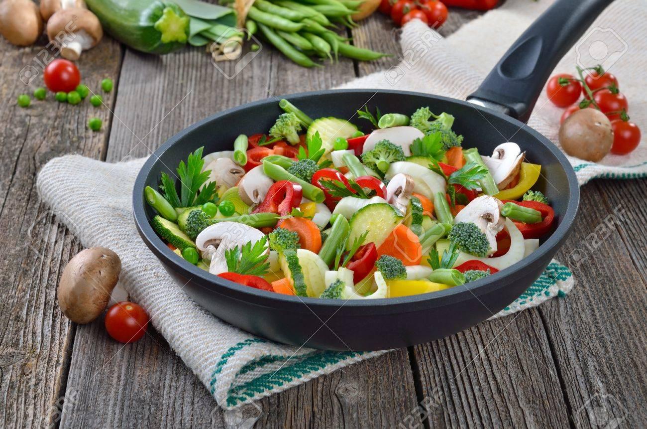 Un mélange de légumes frais dans une poêle Banque d'images - 17989448