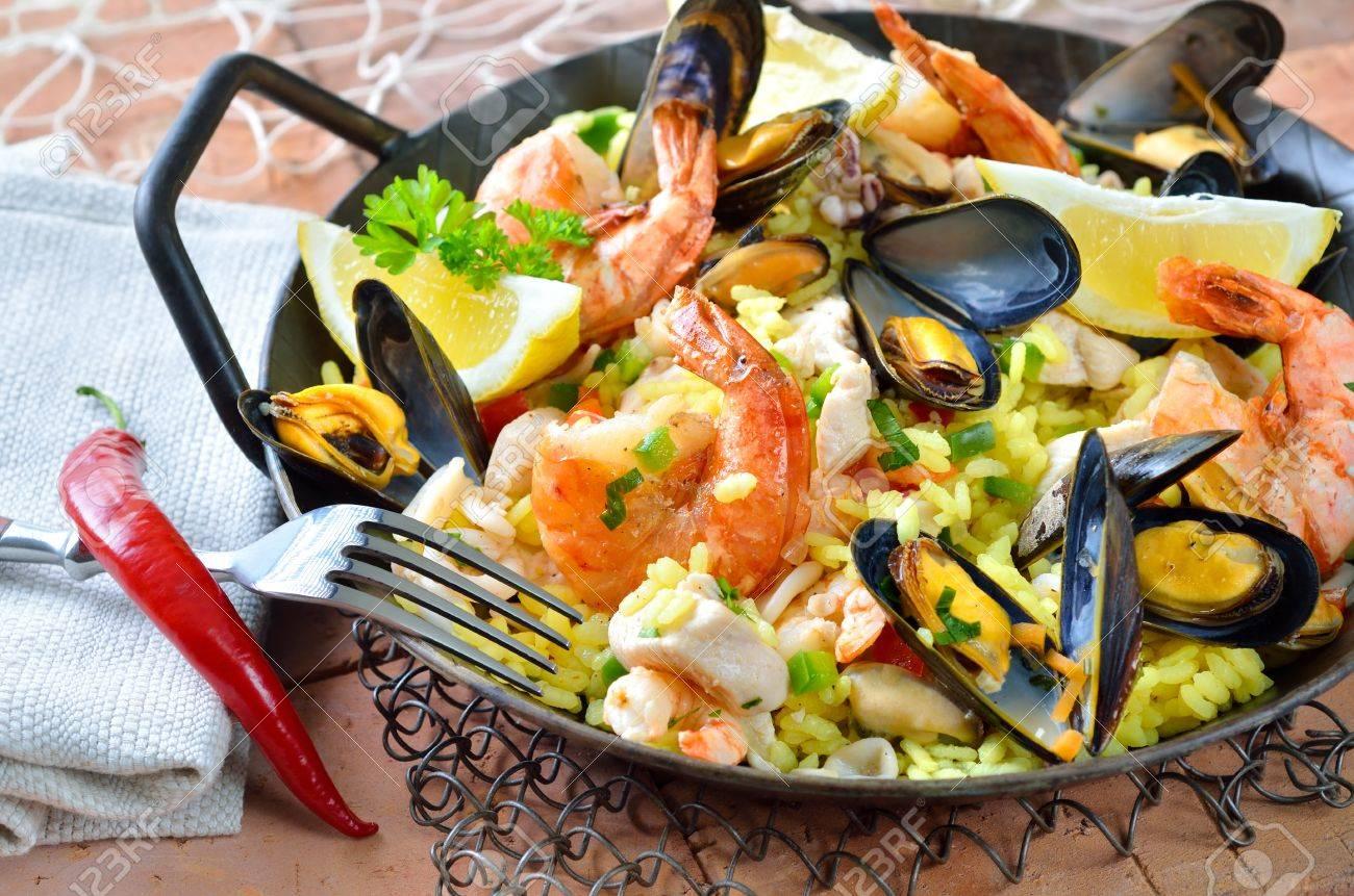 Tasty paella espagnole aux fruits de mer et de poulet Banque d'images - 18265850