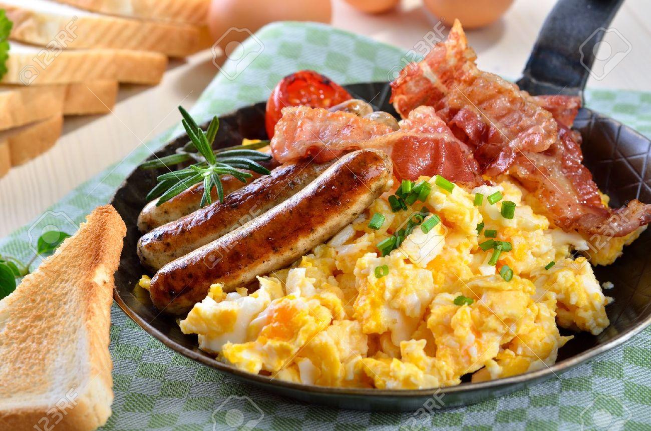 Oeufs brouillés avec du bacon frit et des saucisses chaudes Banque d'images - 18708297
