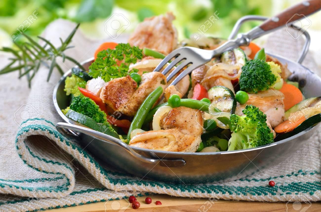 Filet frit de poulet aux légumes Banque d'images - 24230047