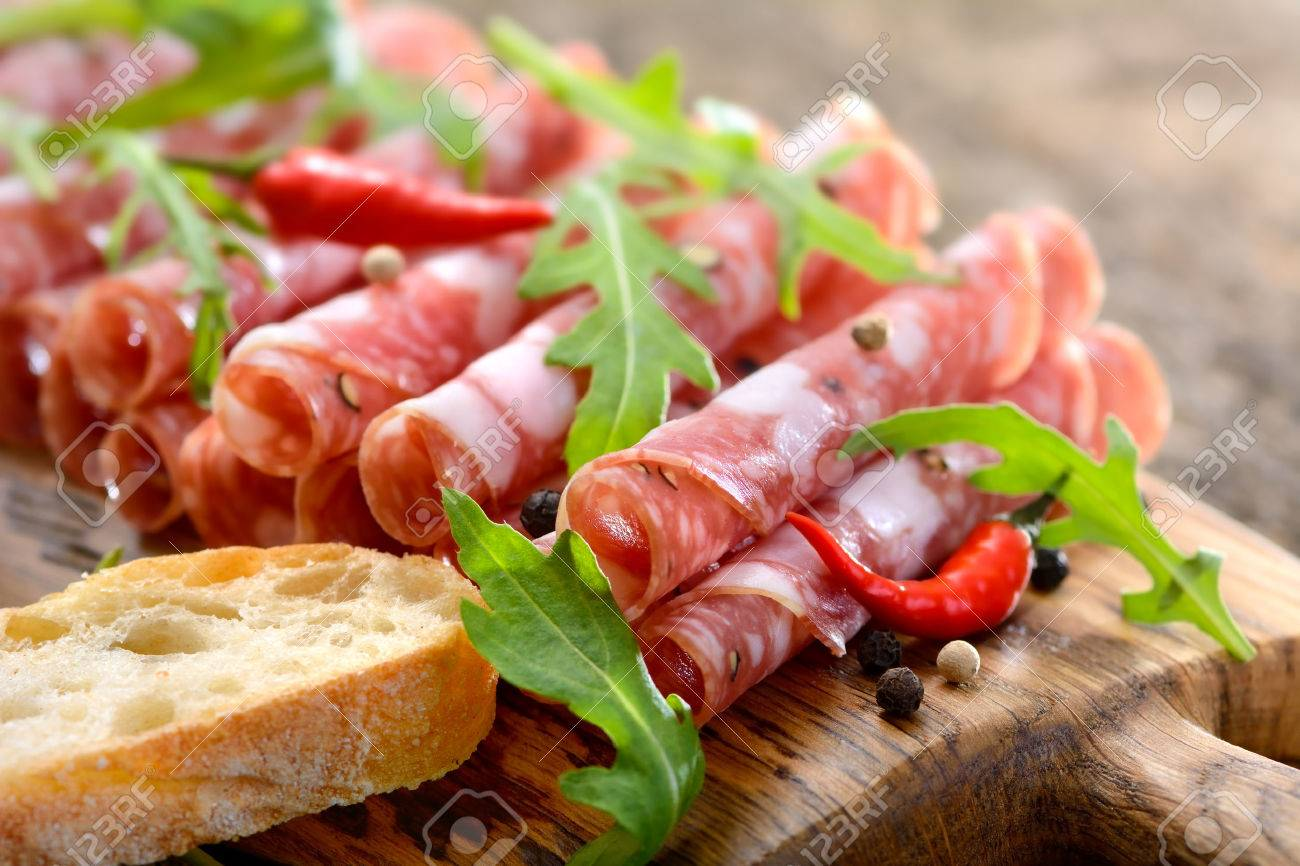 Italian salami from Tuscany served on a wooden board Banque d'images - 40034667