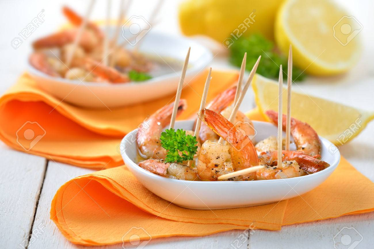 Spanish tapas - spicy fried prawns with olive oil, sherry and garlic Banque d'images - 47223934