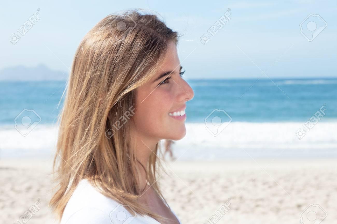 Blonde frau am strand