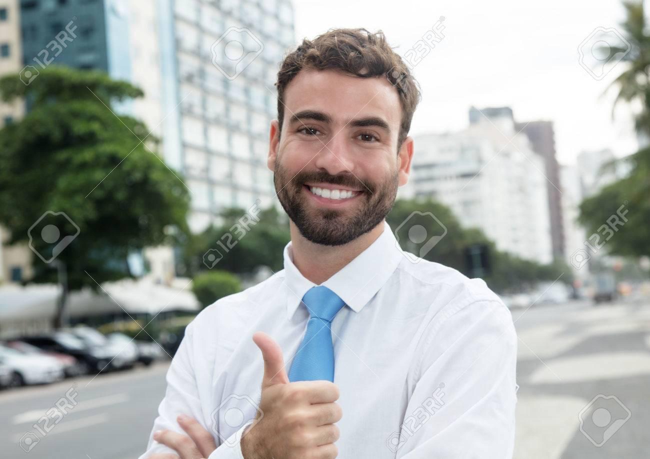 premium selection ec001 aec4b Imprenditore di successo con la barba e cravatta blu in città