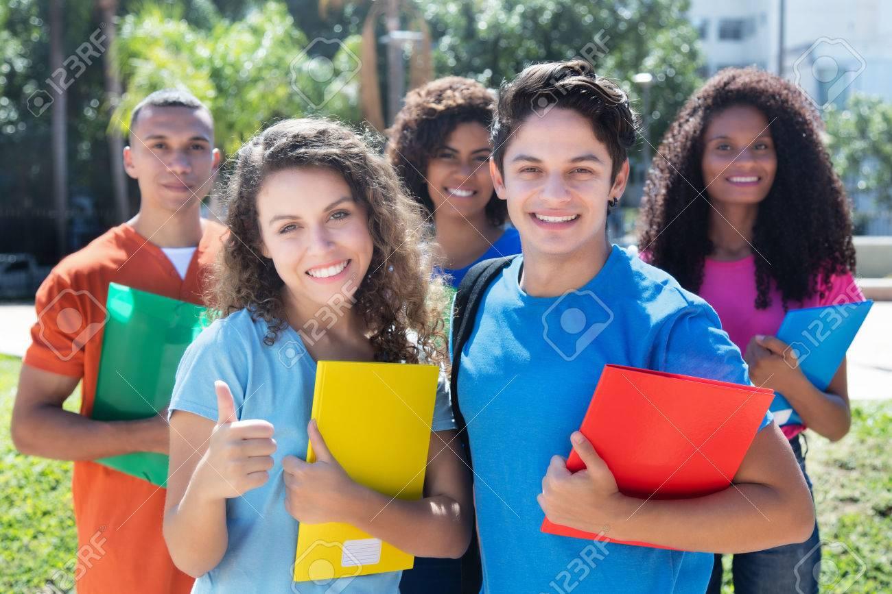 Grupo De Cinco Estudiantes Latinos, Americanos, Caucásicos Y ...
