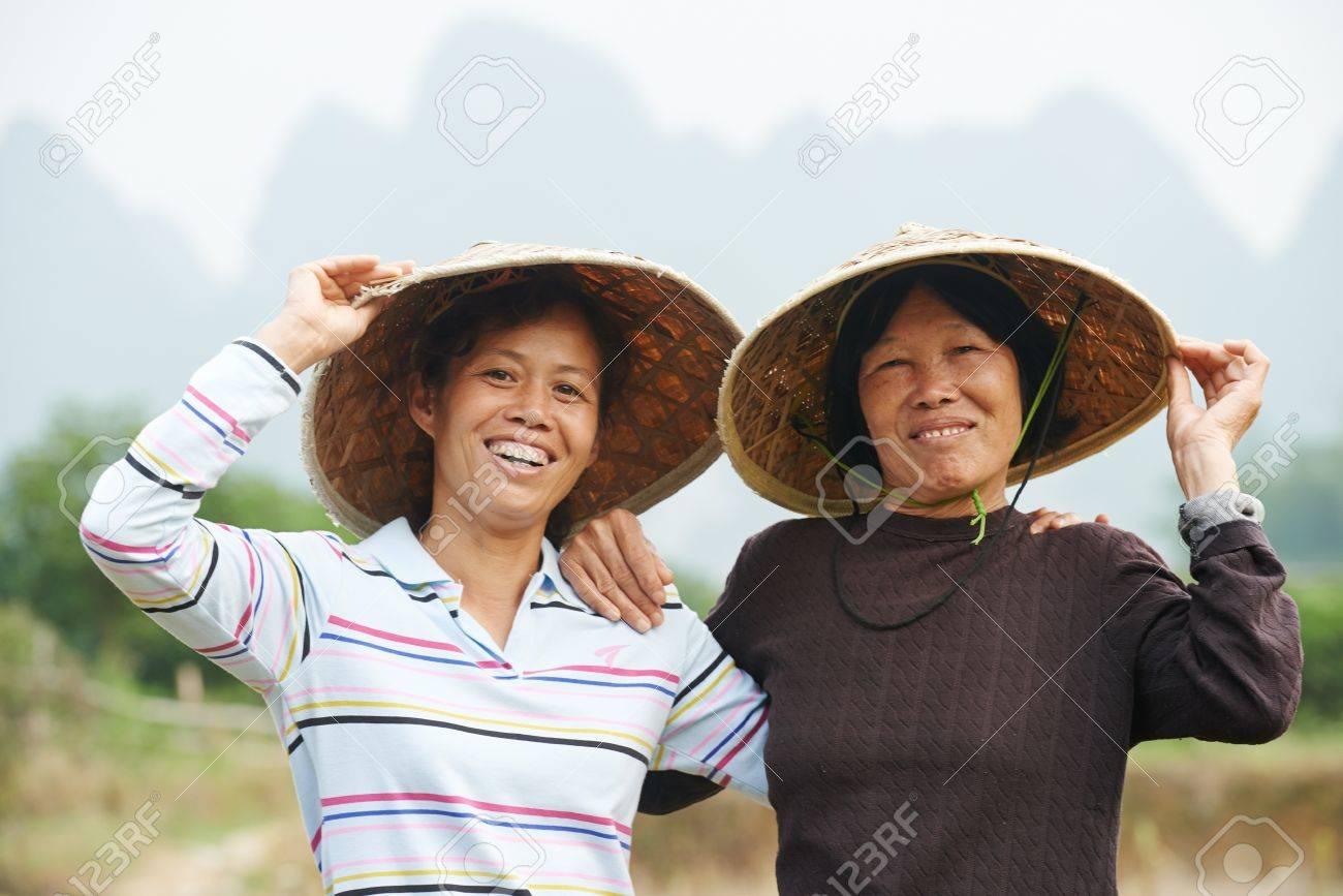 Sonriendo Mujeres Trabajadores Chinos Asiática En El Trabajo ...