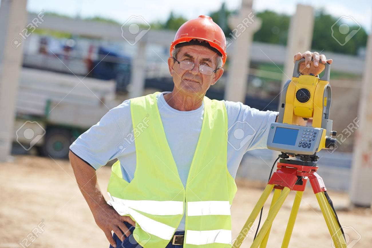 Retrato Del Trabajador De Construcción Con Equipo Teodolito De ...