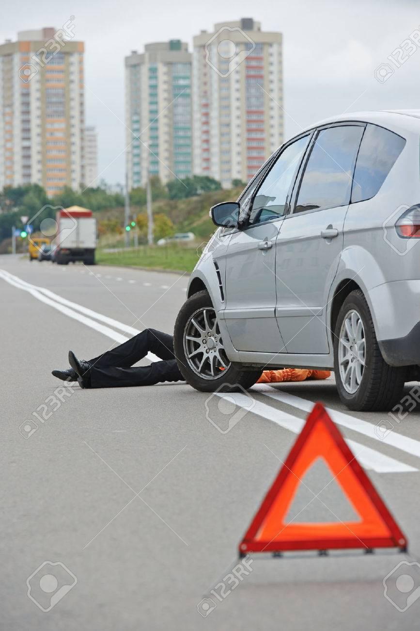 Verkehrsunfall. Haue Fußgänger Und Verärgert Fahrer Vor Autounfall ...