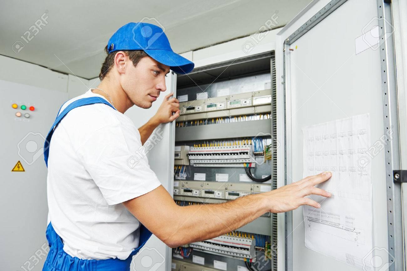 Young Adult Elektriker Baumeister Ingenieur Inspektion Elektrische ...