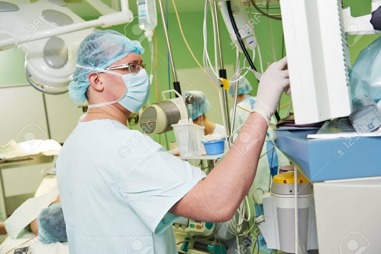 Anästhesist Arzt In Uniform Vorbereitung Narkose Anästhesie Während ...