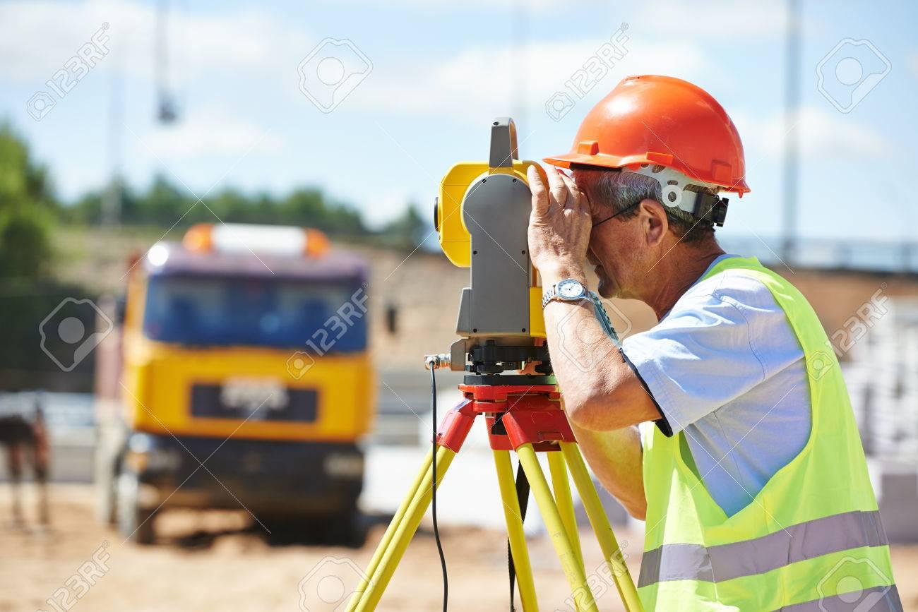 Retrato De Trabajador De Construcción Con Equipo De Tránsito ...