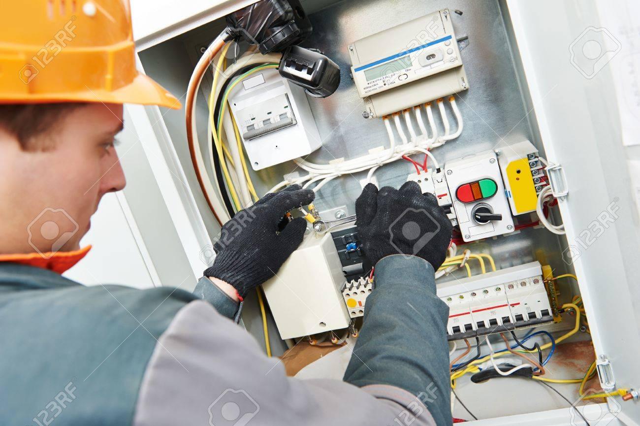 Junge Erwachsene Elektriker Bauer Ingenieur Verschrauben Ausrüstung ...