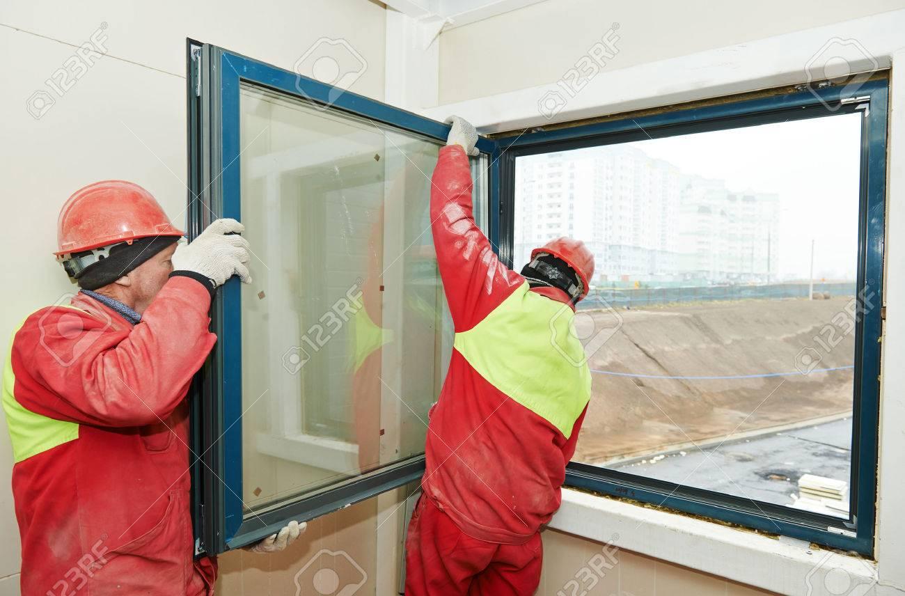 Zwei Mannliche Industriebauer Arbeitnehmer Bei Fenstereinbau